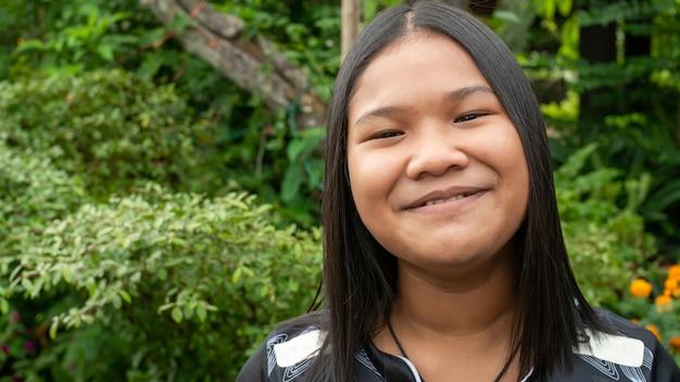 Bliska portret uśmiechnięta kobieta asean