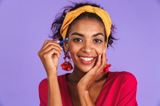 Bliska portret uśmiechniętej młodej kobiety afrykańskiej