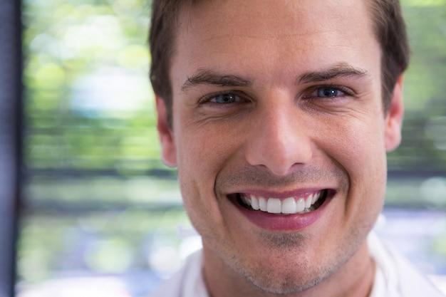 Bliska portret uśmiechnięty lekarz