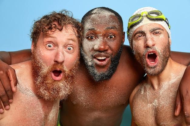 Bliska portret uszczęśliwionych przyjaciół pozowanie na plaży