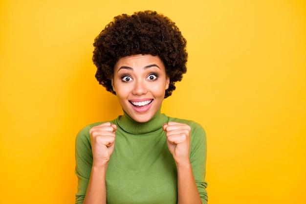 Bliska portret wesoły, uroczy, uroczy, całkiem miła kobieta, uśmiechając się zębami, robiąc pięści radość z jej zwycięskiego wydarzenia.