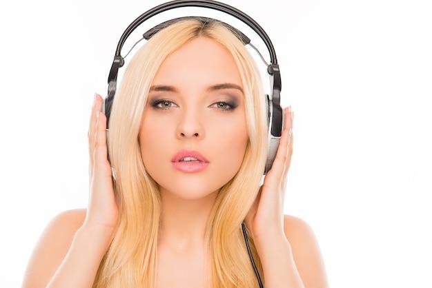Bliska portret zrelaksowanej kobiety słuchania muzyki w słuchawkach