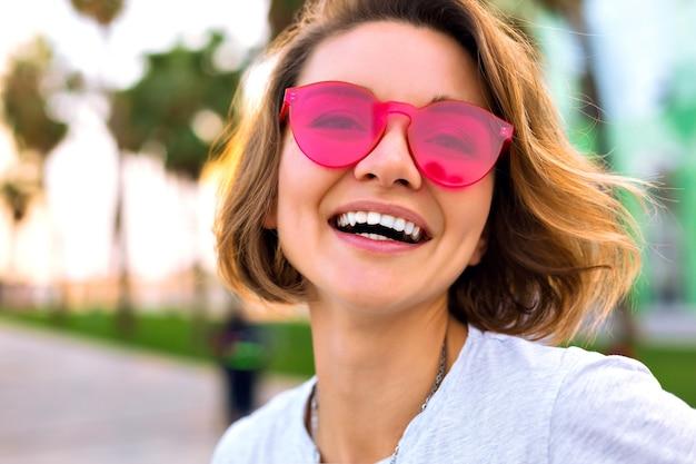 Bliska pozytywny portret wesoły młoda kobieta uśmiechnięta i śmiejąca się, pozytywna moda