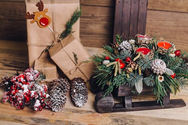 Bliska prezenty świąteczne na stole
