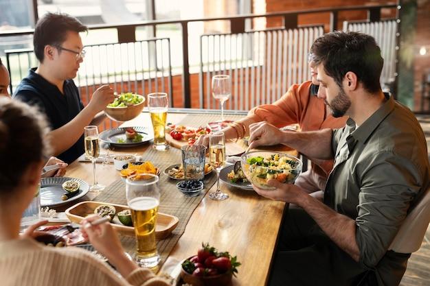 Bliska przyjaciele jedzą razem