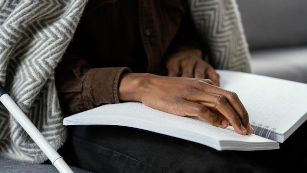 Bliska ręce do czytania w alfabecie braille'a