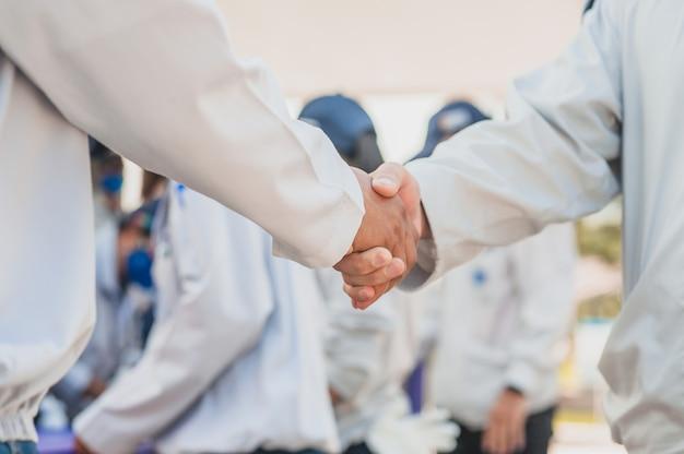 Bliska ręce ludzi uścisnąć sukces partnerstwa biznesowego, koncepcja wstrząsnąć ręką