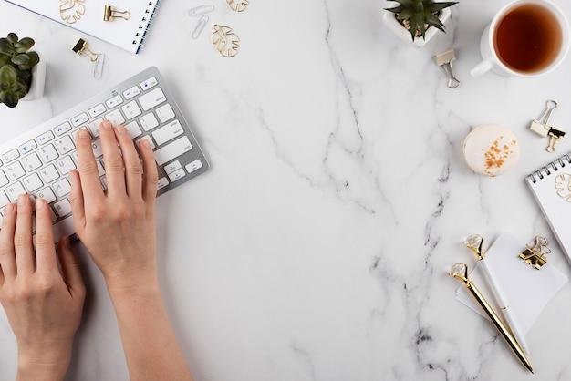 Bliska ręce pisania na klawiaturze