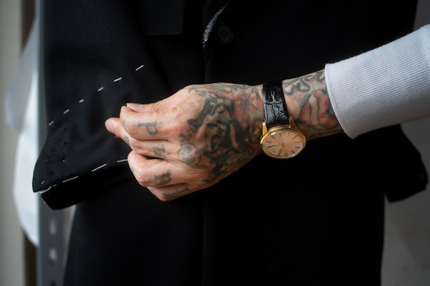 Bliska ręce produkujące ubrania