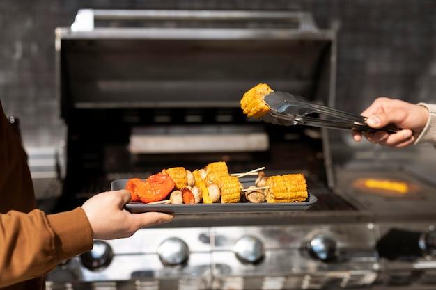 Bliska ręce przygotowanie grilla