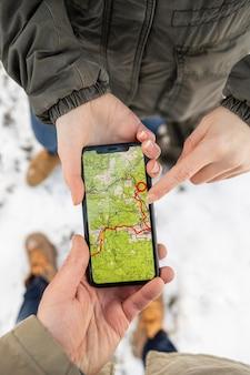 Bliska ręce trzymając smartfon