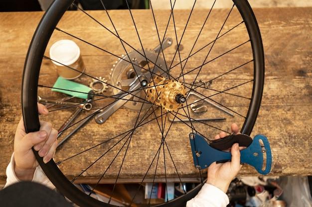 Bliska ręce z kołem rowerowym