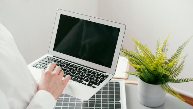 Bliska ręczne wpisywanie na klawiaturze