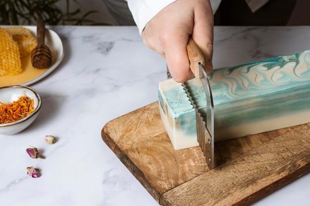 Bliska ręcznego cięcia mydła domowej roboty