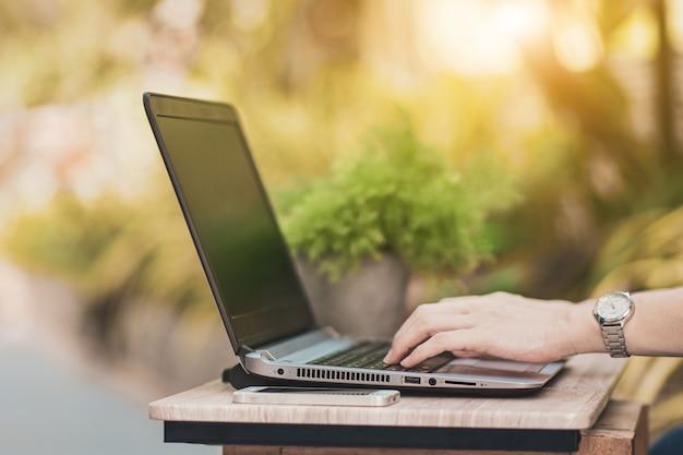 Bliska ręcznie pisania na klawiaturze komputera nowa normalna praca z domu