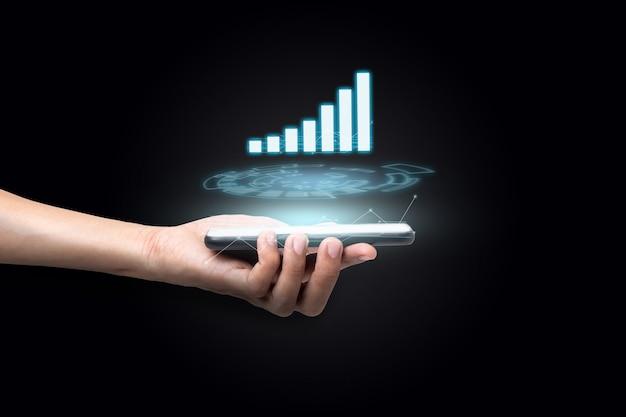 Bliska ręka biznesmena za pomocą smartfona.