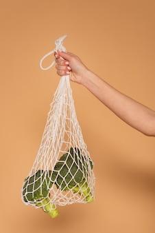 Bliska ręka kobiety z torbą żółwia
