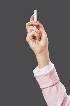 Bliska ręka nauczyciela kredą