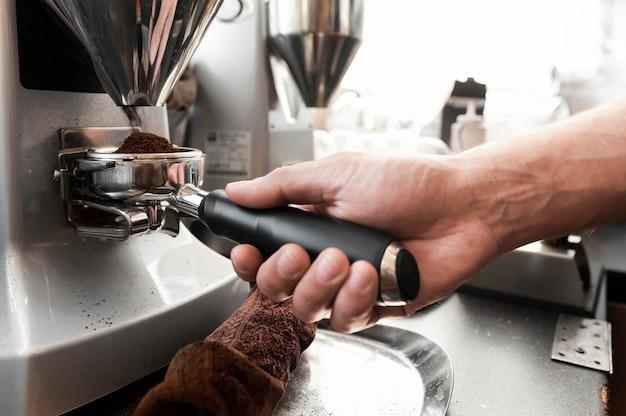 Bliska ręka przygotowuje kawę