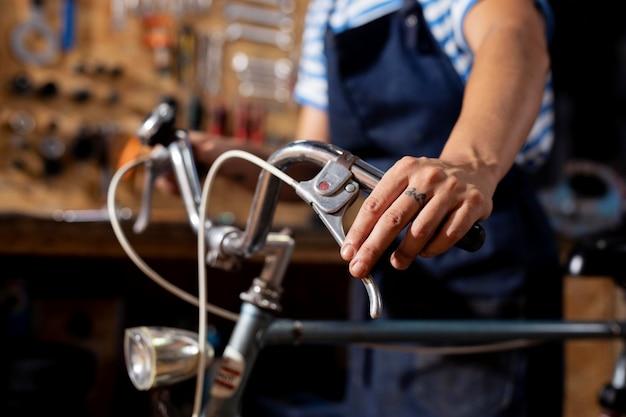 Bliska ręka sprawdzająca rower