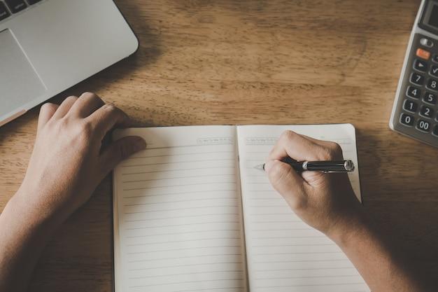 Bliska ręka studentów pisania notatek.