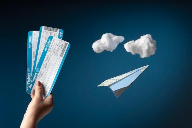 Bliska ręka trzyma bilety lotnicze plane