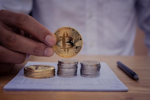 Bliska ręka trzyma bitcoiny biznes finanse inwestycje cyfrowe pieniądze