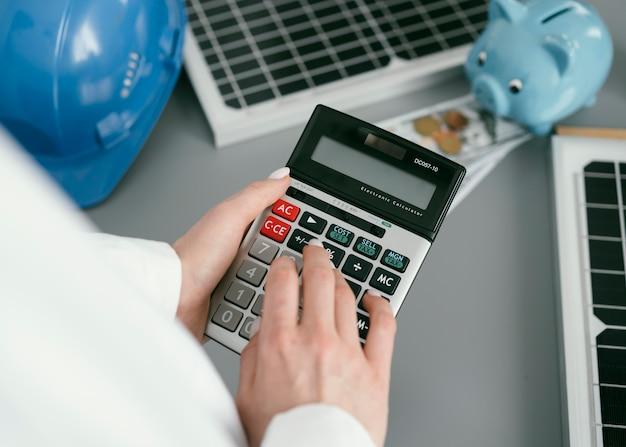 Bliska ręka trzyma kalkulator