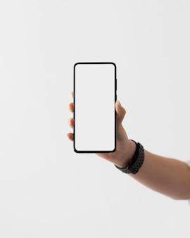 Bliska ręka trzyma smartfon
