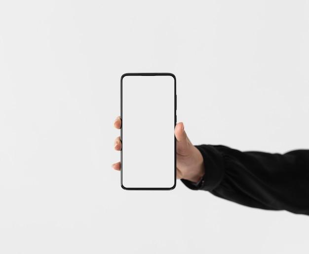 Bliska ręka trzyma telefon