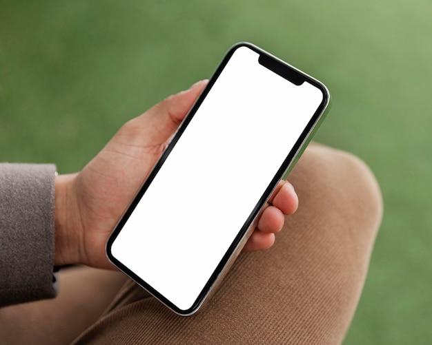 Bliska ręka trzyma urządzenie