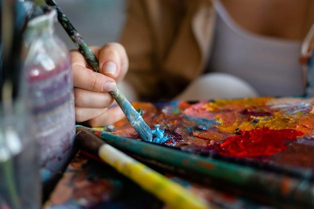 Bliska ręka z malowaniem pędzlem