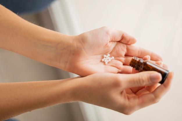 Bliska ręka z pigułkami leku