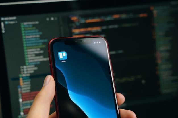 Bliska ręka z telefonem komórkowym