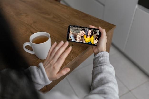 Bliska rękę ze smartfonem