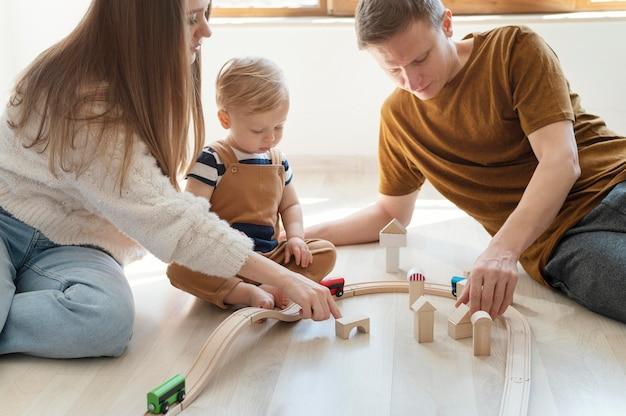 Bliska rodzice bawią się z dzieckiem