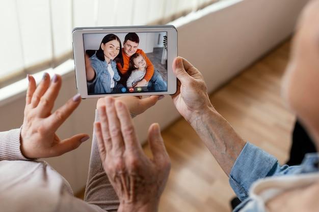 Bliska rodzinna koncepcja wideokonferencji