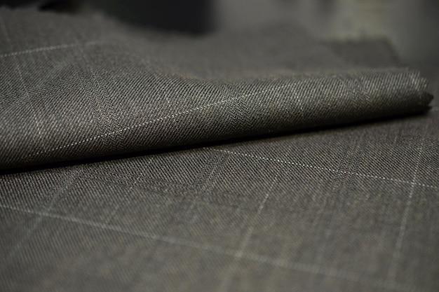 Bliska rolka brązowa z białą linią materiału w kolorze