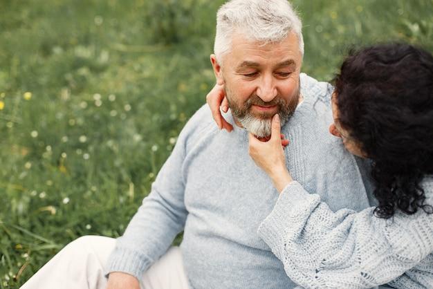 Bliska romantyczna para siedzi w jesiennym parku i przytula się w ciągu dnia