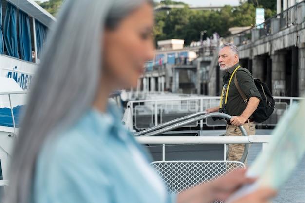 Bliska rozmazana kobieta trzyma mapę