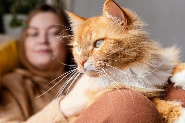 Bliska rozmazana kobieta z kotem