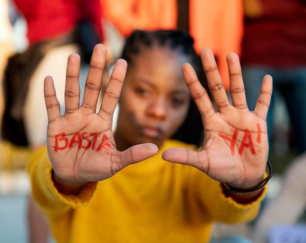 Bliska rozmyta kobieta protestuje