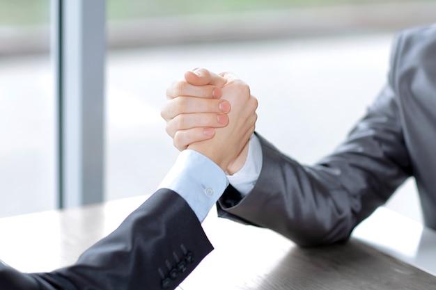 Bliska silny uścisk dłoni ludzi biznesu koncepcja współpracy