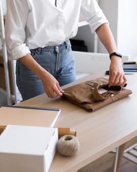 Bliska składane ręce ubranie