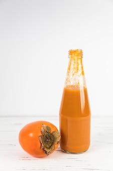 Bliska smoothie domowej roboty persimmon na stole