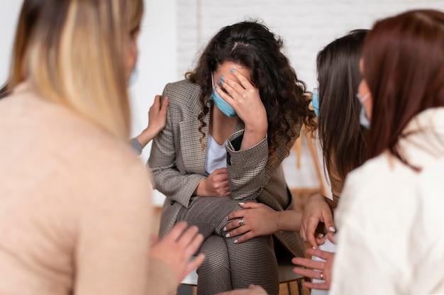 Bliska smutna kobieta w terapii