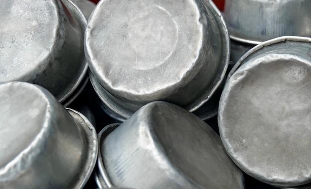 Bliska starych małych aluminiowych misek