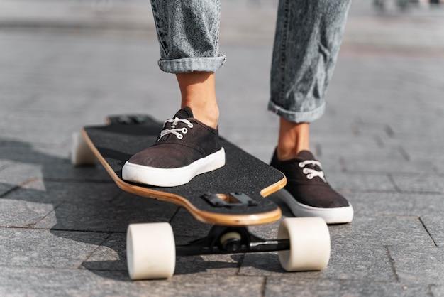 Bliska stopę na longboardzie