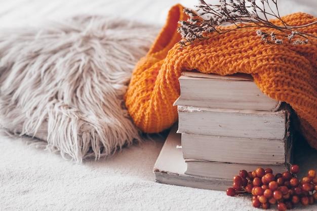 Bliska stos książek z dzianiny sweter
