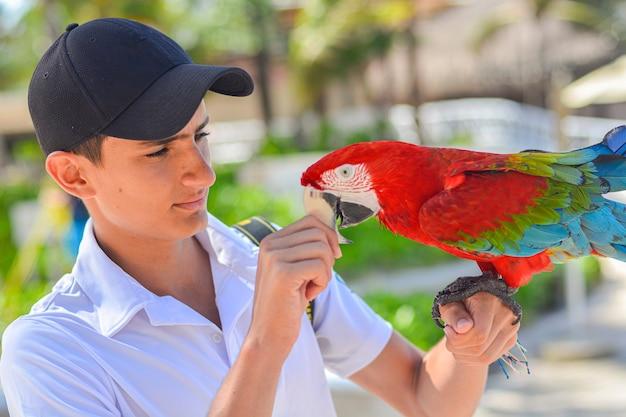 Bliska strzał chłopca z papugą w ręku